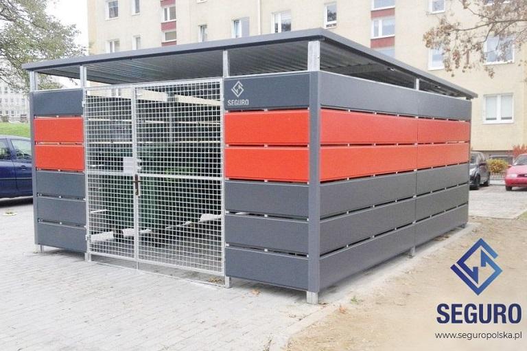 Pracownik wbiałym kasku rozmawia przez telefon